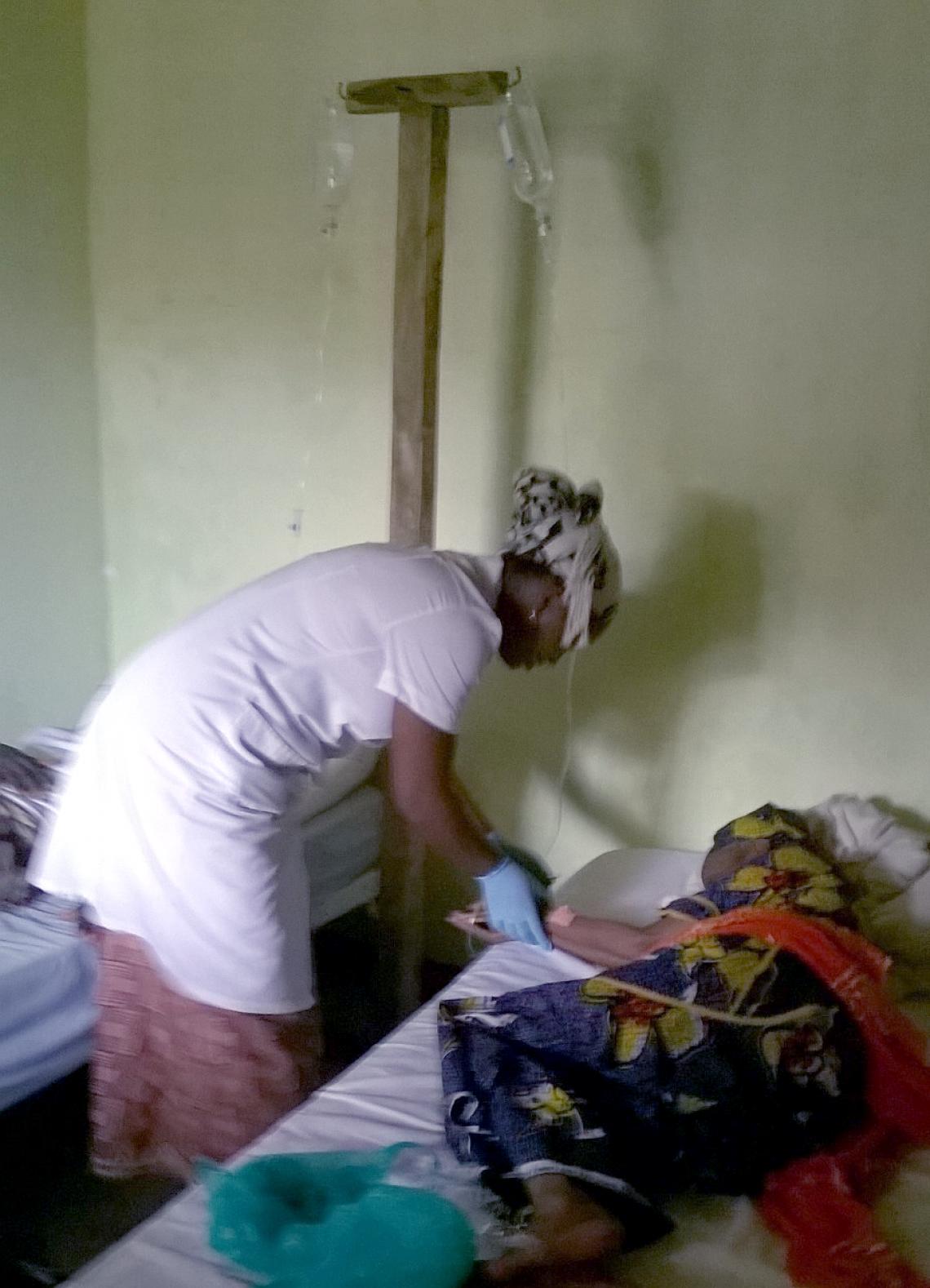 Verpleegster aan het werk met infuus voor patiënt